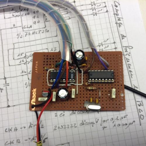 Les 2 circuits intégrés : le 390 entouré de ses fils de LED, le 4060 fonctionnant cette fois-ci avec un quartz de 4096kHz.